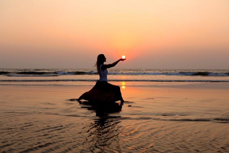 Asana Praxis im Sonnenuntergang in Goa