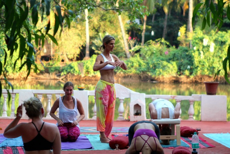 Susanne Waldmüller Yogastunde in Goa